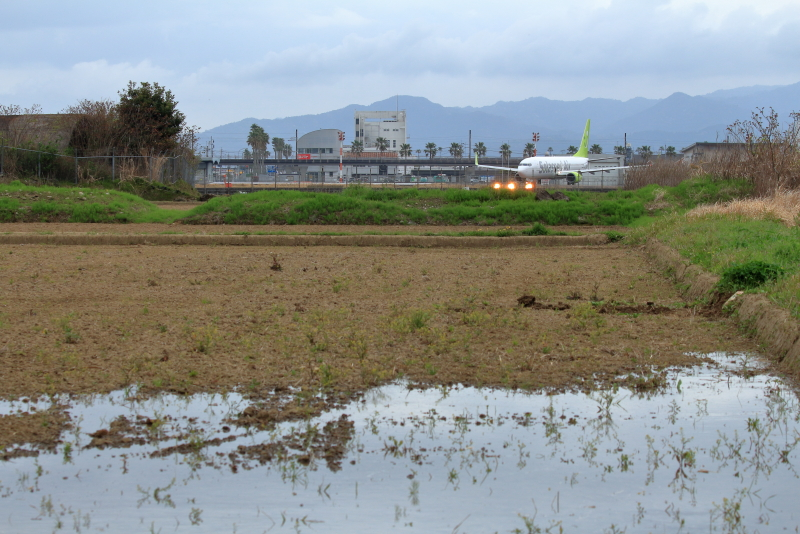 宮崎空港そばにある田んぼに水が引かれた。田んぼにチョチョと流れていく。心落ちつくな!